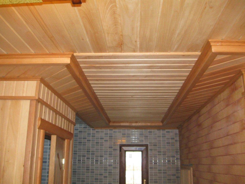 Отделка потолка вагонкой в ванной