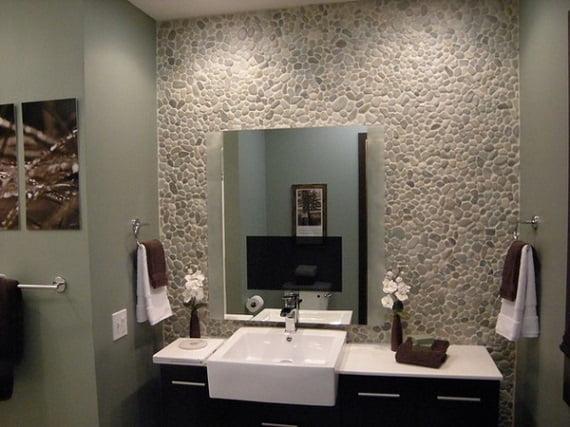 Стены в ванной галька