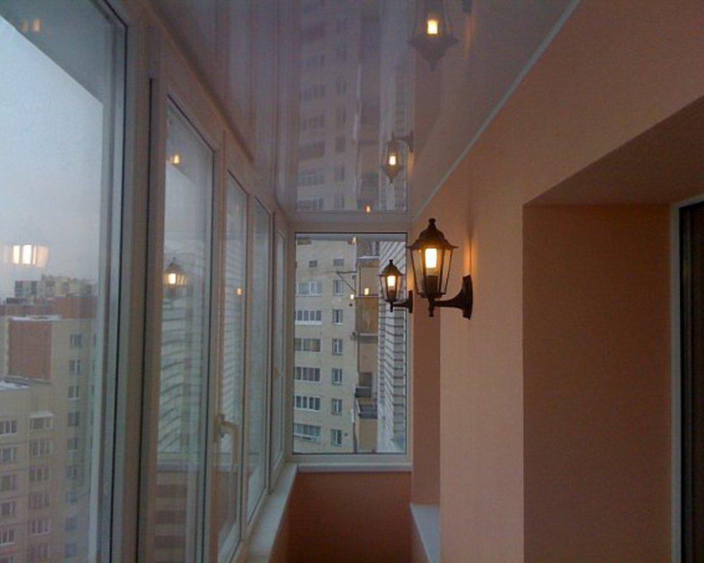 Натяжна стеля на балконі