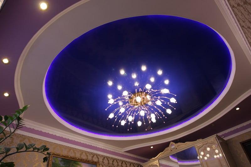 Натяжні стелі зі світильниками
