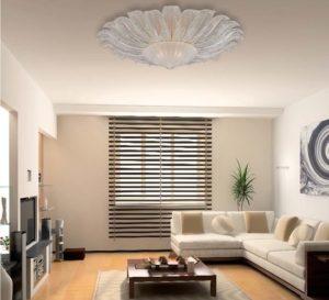 Потолочная люстра в интерьере гостиной