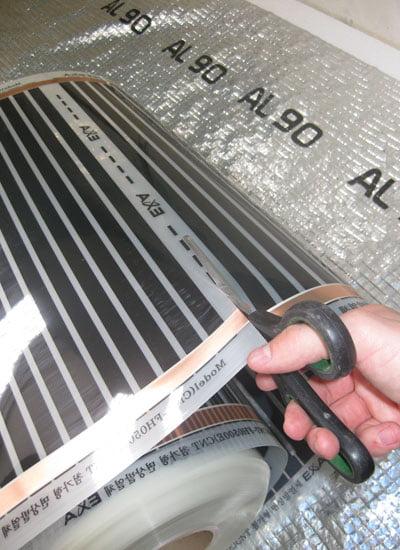 Розрізання плівки інфрачервоної теплої підлоги