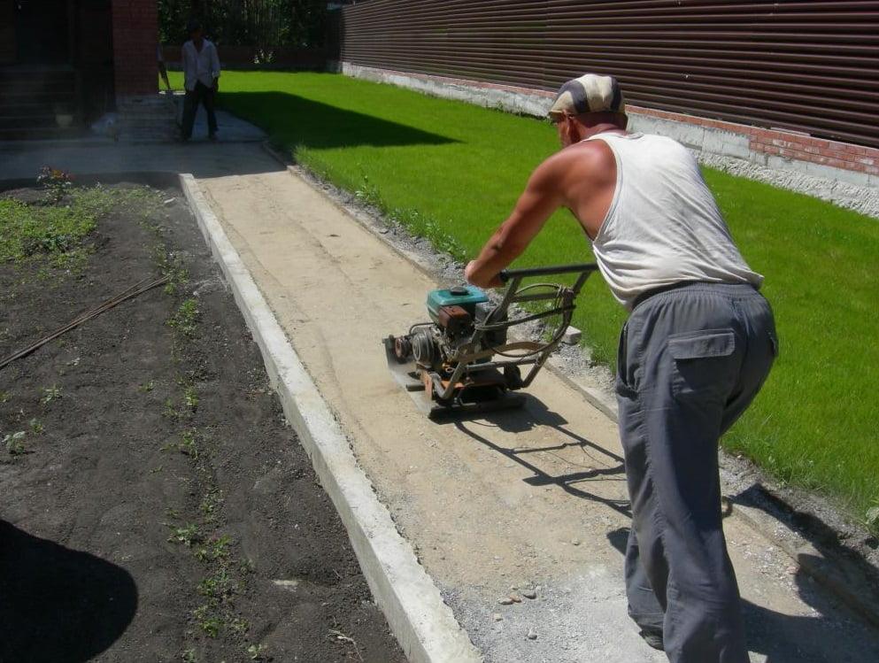 Трамбовка основания под тротуарную плитку виброплитой