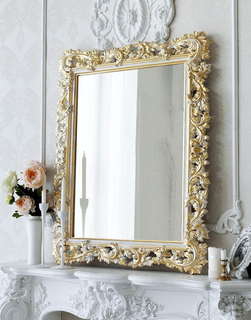 Зеркало в раме в интерьере спальни