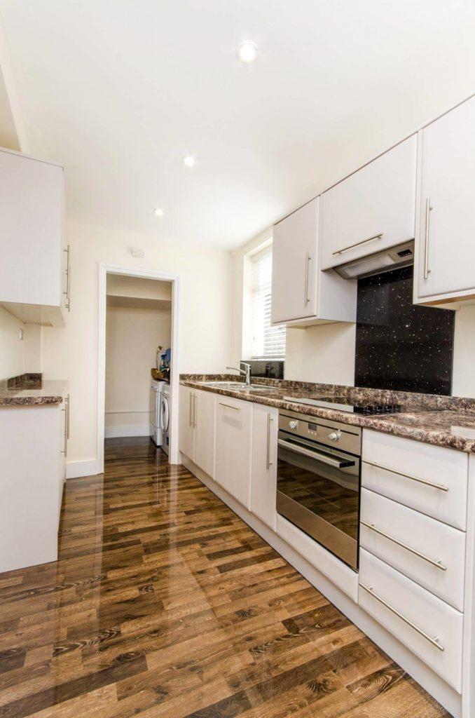 Глянцевый ламинат на кухне
