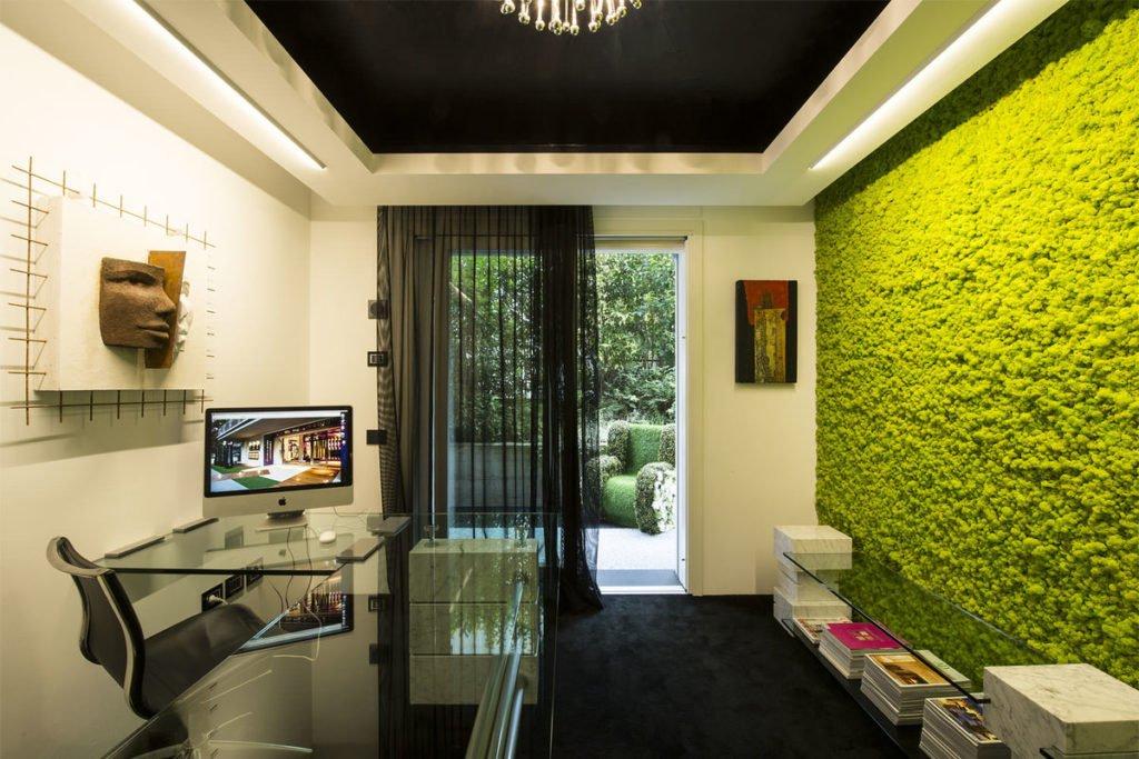 Панелі зі стабілізованого моху в інтер'єрі кабінету