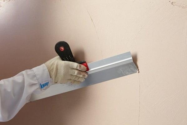 Нанесение шпатлевки на стену