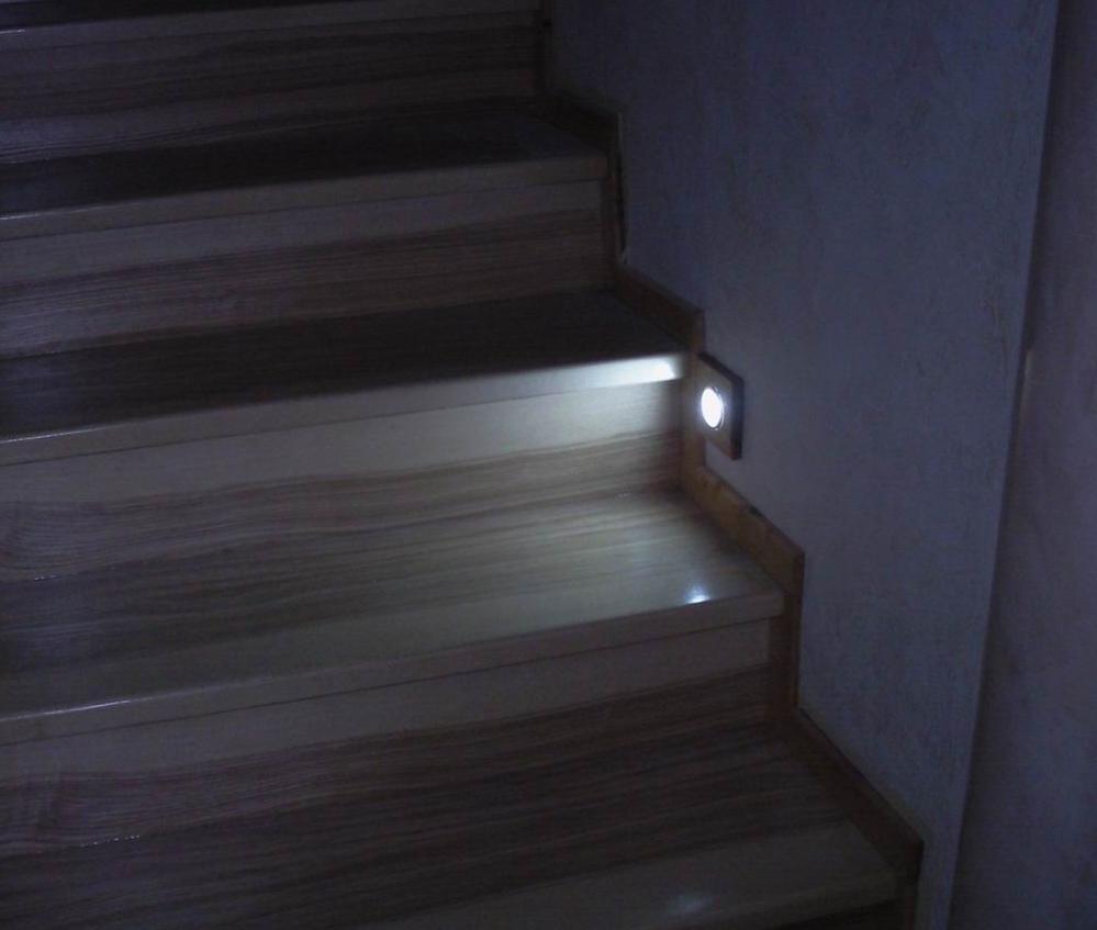 Светильник для подсветки лестницы в работе