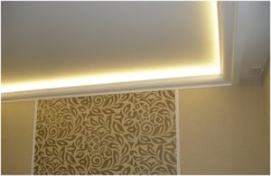 Подсветка потолка светодиодной лентой под плинтусом в интерьере