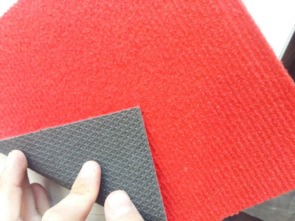 Красный выставочный ковролин