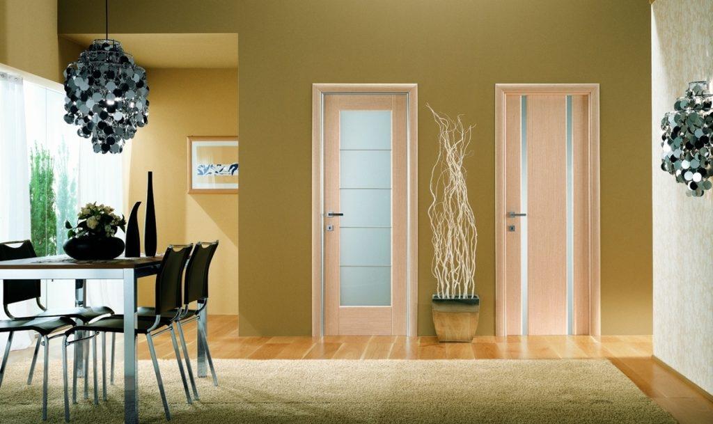 Межкомнатные двери со стеклянными вставками в интерьере