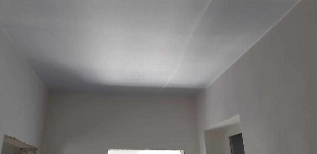 Обрезка ткани натяжного потолка