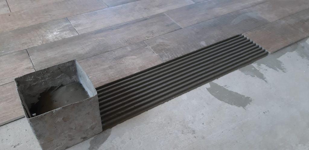 Нанесение клея под плитку кареткой