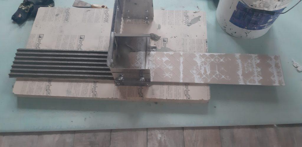 Приклеивание плитки на террасе