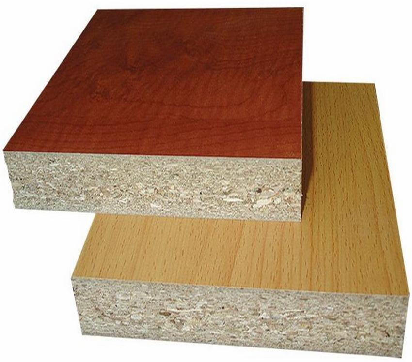 Шпонована плита виглядає так, начебто вона виготовлена з деревини цінних порід